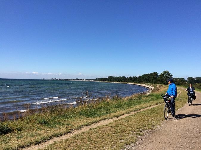 Schöne Wege für Radler an der Ostseeküste - hier der Herr ohne, die Dame mit Motor